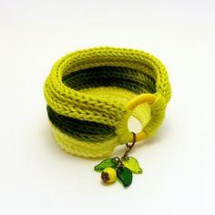 kötött karkötő sárga és zöld árnyalatokban, gyönggyel és levelekkel / knitted bracelet in yellow and green with  bead and leaves #kötött #knitted #karkötő #bracelet #citrus