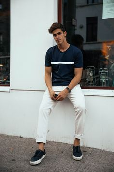 White pants + dark t-shirt = a casual, summer men\'s outfit