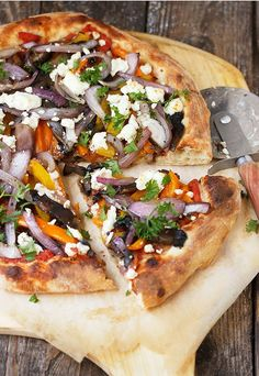 Grilled Vegetable and Goat Cheese Pizza -You won't miss the meat with this Grilled Vegetable and Goat Cheese Pizza! With grilled portobello mushrooms, orange and yellow peppers and red onions and topped with a generous sprinkling of goat cheese. Vegetable Pizza Recipes, Grilled Pizza Recipes, Grilling Recipes, Vegetarian Recipes, Healthy Recipes, Vegetarian Grilling, Grilling Tips, Healthy Grilling, Barbecue Recipes