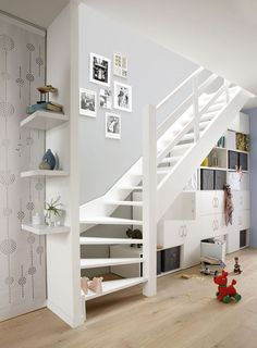 Raum unter Treppe nutzen: Beispiele mit Grundriss und Ideen Regalsystem unter viertelgewendelter Treppe Related Creative DIY Classroom Extra Storage Ideas by Using the Recycled Material to be Environmen. Space Under Stairs, Open Stairs, Attic Stairs, Basement Stairs, Staircase For Small Spaces, White Stairs, House Staircase, Staircase Design, Stair Design