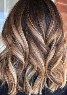 Perfect Blends of Balayage for Lob Cuts in Year 2019 Just see here and pick one of the best styles of balayage colored lob cuts. Choose this amazing blend of balayage hair color just to make you looks more adorable and interesting in year Brown Hair With Blonde Highlights, Brown To Blonde, Brown Highlighted Hair, Balayage Hair Brunette With Blonde, Color Highlights, Hair Styles With Highlights, Fall Blonde Hair Color, Brunette Hair Color With Highlights, Brown Hair With Lowlights