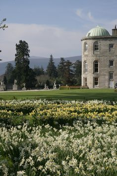 Powerscourt Gardens in County Wicklow, one of the most beautiful gardens in Ireland! Front Gardens, Formal Gardens, Ireland Homes, House Ireland, European Garden, Most Beautiful Gardens, Walking In Nature, Acre, Places To Visit