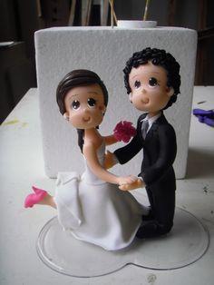 Topo de bolo em biscuit para casamento podendo variar cor de cabelo,olhos ,sapatos e buquê...