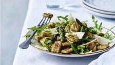 Det er både hurtigere og mere mættende, når du udskifter kartofler med butterbeans i din hjemmelavede gnocchi. Her får du opskriften på butterbean-gnocchi med pesto og asparges