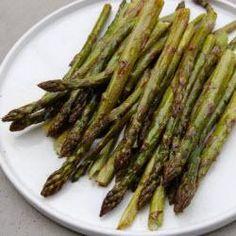 Grüner Spargel kann man super im Ofen zubereiten - schmeckt toll und ist eine einfache vegetarische Beilage. Das Rezept gibts auf Allrecipes Deutschland: http://de.allrecipes.com/rezept/6587/gr-ner-spargel-aus-dem-backofen.aspx