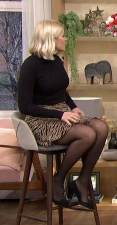 Holly Willoughby Legs, Holly Willoughby Outfits, Pantyhose Outfits, Nylons And Pantyhose, Beautiful Red Hair, Beautiful Legs, Cute Dress Outfits, Cute Dresses, Emily Head