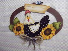 Guirlanda oval gd galinha girassol | Artesanatos Ingrid Carvalho | 16E213 - Elo7 Rooster Art, Rooster Decor, Chicken Crafts, Chicken Art, Tole Painting, Painting On Wood, Wood Crafts, Diy And Crafts, Decorative Painting Projects