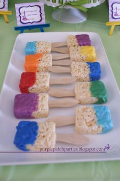 Rice krispy treats Paint brushes for art themed party. First make rice crispy treats with rice krispies and marshmallows, when cool insert popsicle stick. To make paint, melt white chocolate and add food coloring! Dip in rice krispie paint brush. Kunst Party, Bar A Bonbon, Snacks Für Party, Kid Snacks, School Snacks, Party Games, Art Party Foods, Art Party Cakes, Kids Party Treats