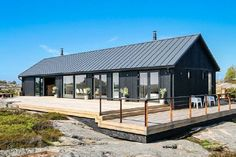 Pinned from Oikotie Modern Barn House, Timber House, Modern Cottage, Shed Homes, Prefab Homes, Black House Exterior, Casas Containers, Long House, Weekend House