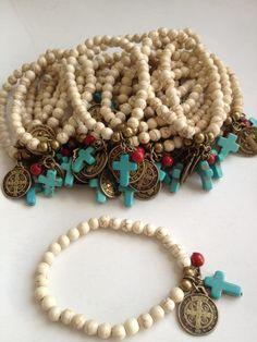 Pulsera recuerdo cuentas y cruz de piedra natural medalla o llave de San Benito.
