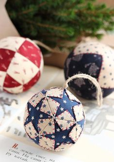 I used to make these quilted ornaments - so happy to find the pattern!: Christmas balls, acorn and pine cone / Christmas ornaments tutorials - Evening gatherings Folded Fabric Ornaments, Fabric Christmas Ornaments, Quilted Ornaments, Christmas Sewing, Diy Christmas Ornaments, Christmas Tree Decorations, Xmas Baubles, Handmade Christmas Gifts, Handmade Ornaments