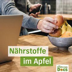 """ernaehrungsdocs🍎 """"An apple a day..."""" Der Nährstoffgehalt eines Apfels hängt von der Lagerung und Sorte ab. Ein Großteil der Vitamine sitzt direkt unter der Schale. Am besten sollte man daher Äpfel ungeschält essen - sie vorher aber gründlich waschen. Besonders reich sind Äpfel unter anderem an: 🍎Kalium: gut für unser Nevensystem 🍎Kalzium: für unsere Nervenzellen & Blutgerinnung 🍎Vitamin B1 wichtig für Gehirn & Herzmuskel 🍎Vitamin B2: brauchen wir um Eiweiße, Fette und Kohlenhydrate zu…"""
