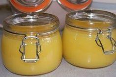 Een curd is een verfijnde soort jam die met eieren en boter gebonden is. Citroen curd wordt in het Engels: Lemoncurd genoemd. De smaak van curd is door het gebruik van eieren en boter romiger en zeer lekker op beschuit, toast, in een taart of op een gebakje! Wij hebben 2weckpotten van 1/2 liter geb Pie Dessert, Dessert Recipes, Desserts, Salsa Dulce, Caramel Cookies, Sweet Sauce, Lemon Curd, Canning Recipes, Cupcake Cookies