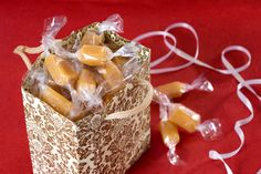 Fløtekarameller: Hjemmelagede fløtekarameller er en flott julegave å lage og gi bort til venner og kjente. Disse karamellene smelter i munnen.....