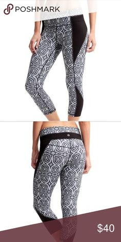 Geo High Rise Chat Capri High rise chat Capri by Athleta! Barely worn or washed. Black and white geometrical print. Fits a 2-4 Athleta Pants Capris