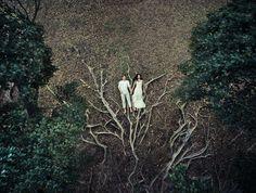 La talentosa fotógrafa Helene Havard es una fanática de las tomas aéreas y su gran capacidad para manipular drones la ha consagrado entre sus pares. No te pierdas sus alucinantes postales a la hora de retratar el mágico momento que viven los recién casados ¡y descubrí cómo se ve una boda desde el aire! Texto: Dolores Molina ( @doloresmmolina ) -Fotos: instagram.com/helenehavard_photography/ Y tú, ¿cómo describirías en una sola palabra el trabajo de esta artista? Escríbenos a nuestra cuenta…
