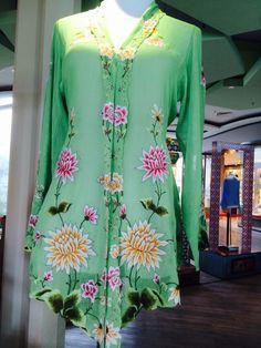 Baju kebaya. Design similar to the Malay baju kurung kebaya due to assimilation and adoption of Malay language and customs.