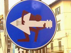 I divertenti cartelli stradali di Firenze http://www.davverostrano.com/2015/02/i-divertentifonte-cartelli-stradali-di.html…