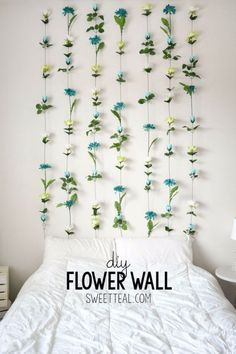 DIY Flower Wall // Headboard // Home Decor DIY Flower Wall Headboard Tutorial. < The post DIY Flower Wall // Headboard // Home Decor appeared first on House ideas. Easy Home Decor, Cheap Home Decor, Easy Diy Room Decor, Diy Dorm Room, Diy Room Decor For College, Dorm Room Crafts, Diy Projects For Bedroom, College Wall Decorations, Dit Room Decor