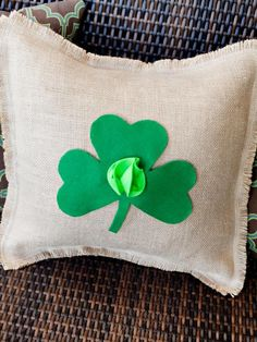 DIY St. Patrick's  : DIY Quick-and-Easy Felt Shamrock Pillow