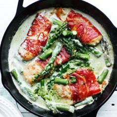 Prosciutto wrapped chicken fillet with asparagus and pesto sauce. Prosciutto wrapped chicken fillet with asparagus and pesto sauce. Think Food, I Love Food, Food For Thought, Salsa Pesto, Pesto Sauce, Prosciutto Asparagus, Basil Sauce, Asparagus Recipe, Snacks