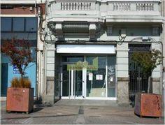 Local comercial acondicionado como oficina bancaria en la Avenida Linares Rivas. Ubicado en el corazón económico, comercial y financiero de la ciudad. Totalmente reformado y en un entorno residencial y comercial de alto nivel socioeconómico. Incluye un patio de 28,32 m2. Fachada 4.84 metros.