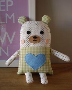 Naninha urso confeccionada em tricoline, não apresenta riscos ao bebê, pois todos os seus detalhes de rostinho são em feltro e bordado. Possui 18 cm de altura e 12 de largura, sem contar braços, pernas e orelhas.