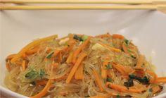 """750g vous propose la recette """"Carottes sautées aux vermicelles"""" accompagnée de sa version vidéo pour cuisiner en compagnie de Chef Damien et Chef Christophe."""