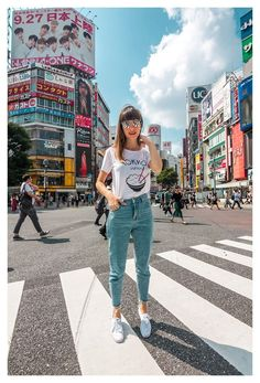 Things to do in tokyo, japan - shibuya travel photography ti Japan Summer Outfit, Spring Outfits Japan, Japan Outfits, Travel Outfit Summer, Summer Outfits, Travel Outfits, Work Outfits, Japan Spring Fashion, Tokyo Fashion