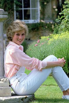 June 1986: Princess Diana, looking gorgeous as always in pastel pink, sat at the sundial at High Grove House, Gloucestershire. ❤
