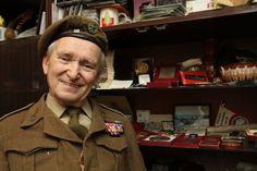Profesor Wojciech Narębski znał dobrze misia Wojtka ze wspólnej służby w 22. Kompanii Zaopatrywania Artylerii II Korpusu. Na berecie mundurowym ma odznakę kompanii z postacią Wojtka