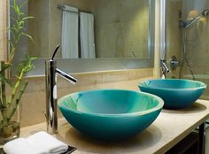 Lavabo soprapiano Goccia di Franco Pecchioli, realizzato in ceramica smaltata nel colore 'Muschio'.