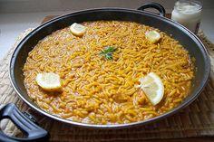 Hoy vamos a elaborar una fideuá  tan sencilla, que seguramente volveréis a repetir su elaboración, además a menudo, y la apuntaréis en vuest... Comida Latina, Curry, Pizza, Rice, Favorite Recipes, Ethnic Recipes, Food, Spain, Gastronomia