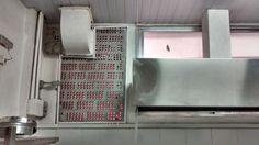 Coifa do fogão e a saída para o exterior da máquina lavadora de gases colocada sobre o rebaixo do pé direito.