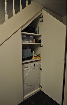 Kast onder trap In deze kast onder de trap werden allerhande leidingen voorzien om zowel een droogkast als een wasmachine te voorzien. Kast-ID Asse