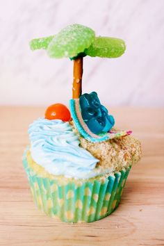 These beach cupcakes will put you in the tropical spirit, so grab your flip flops and sunglasses and head to the kitchen! Summer Themed Cupcakes, Beach Theme Cupcakes, Tropical Cupcakes, Beach Themed Cakes, Kid Cupcakes, Hawaiin Cupcakes, Rhubarb Cake, Cupcake Wars, Cupcake Recipes
