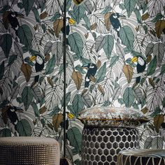 Discover all the 2019 wallpaper trends spotted at Paris Déco Off - A tropical wallpaper, Casamance Graphic Wallpaper, Wallpaper Decor, Pattern Wallpaper, Tropical Style, Tropical Decor, Stairway Gallery Wall, Jungle Decorations, Jungle Pattern, Casamance