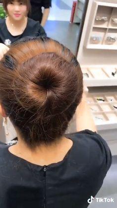 This hairstyle is so simple and yet so elegant Trendfrisuren Joe, akkurater Mittelscheitel oder Easy Hairstyles For Long Hair, Elegant Hairstyles, Braided Hairstyles, Kids Hairstyle, Hairstyles Videos, Bridal Hairstyle, Simple Bun Hairstyle, Easy Bun Hairstyles For Long Hair, Diy Hair Bun