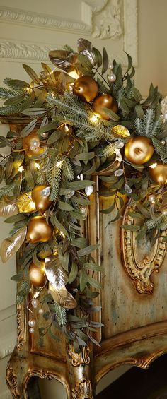32 Beautiful Of Christmas Mantel Decorations Garland Decorations Christmas, Christmas Mantels, Noel Christmas, Green Christmas, Christmas Colors, Christmas Wreaths, Christmas Crafts, Christmas Greenery, Elegant Christmas