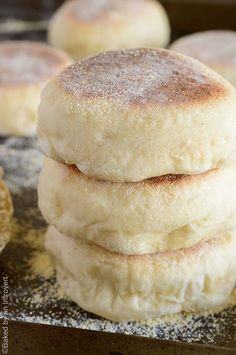 English Muffins This English muffin recipe is simple and will give you soft, chewy muffins in no time.This English muffin recipe is simple and will give you soft, chewy muffins in no time. Bread Machine Recipes, Easy Bread Recipes, Baking Recipes, Baking Snacks, Quick Bread, Artisan Bread Recipes, Cheap Recipes, Simple Recipes, English Muffin Recipes