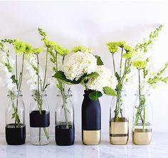DIY colour block vases - on Song Of Style Diy Bottle, Bottle Vase, Bottle Crafts, Garrafa Diy, Vase Deco, Decoration Evenementielle, Decorations, Song Of Style, Painted Vases