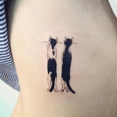 Tatuaje de dos curiosos gatos situado en el costado derecho....