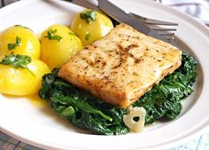 Filet z aljašské tresky na másle, baby špenát Fish And Seafood, Sushi, Food And Drink, Chicken, Meat, Cooking, Recipes, Google, Kitchen