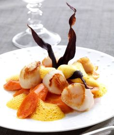 Poêlée de saint-jacques, carottes glacées et écume de carotte au gingembre