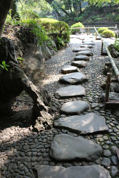 Incredible Garden Pathway Ideas For Backyard And Front Yard 09 Japanese Garden Design, Chinese Garden, Japanese Gardens, Rock Pathway, Pathway Ideas, Pathway Stone, Stone Steps, Garden Stones, Garden Paths