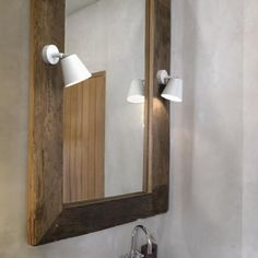 Le luminaire salle de bain IP S6 est à la fois élégante et pratique. Avec son design très simple, cette lampe peut également s'orienter légèrement. De cette manière, la lumière est dirigée selon vos besoins spécifiques.