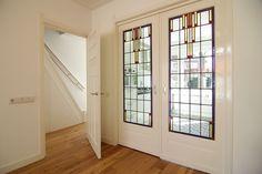Jaren30woningen.nl | Schuifdeuren met glas in lood in een jaren 30 woning #kamerensuite