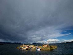 Le lac navigable le plus haut du monde, Le lac Titicaca est à cheval entre Pérou et Bolivie. Dans la baie de Puno, côté péruvien, les Uros ont tressé des plateformes de joncs pour y installer leurs maisons. Sur ces quelques centaines d'îles artificielles, comme celle-ci, appelée Nuevo Amanecer, le mode de vie n'a pas changé depuis des siècles.