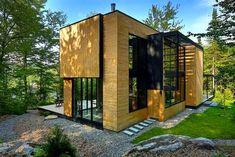 Casa de madera en el corazón del bosque Laurentian http://www.arquitexs.com/2015/03/casa-con-fachadas-de-madera.html