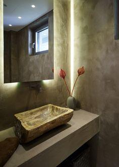 verlichting badkamer - indirecte verlichting - licht achter spiegel - tadelakt - badkamer stucwerk